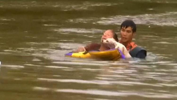 Mulher e cão são resgatados de enchente; clique para ver o vídeo (Reprodução/BBC)
