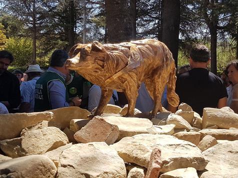 Estátua em homenagem à cadela Camilla, em Amatricce