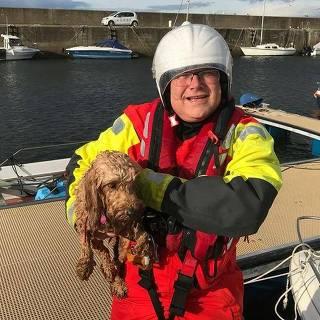 Cão é resgatado no mar, na Escócia