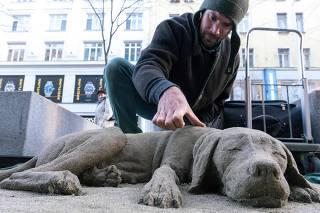 Artista faz escultura de cão com areia; veja imagens da semana