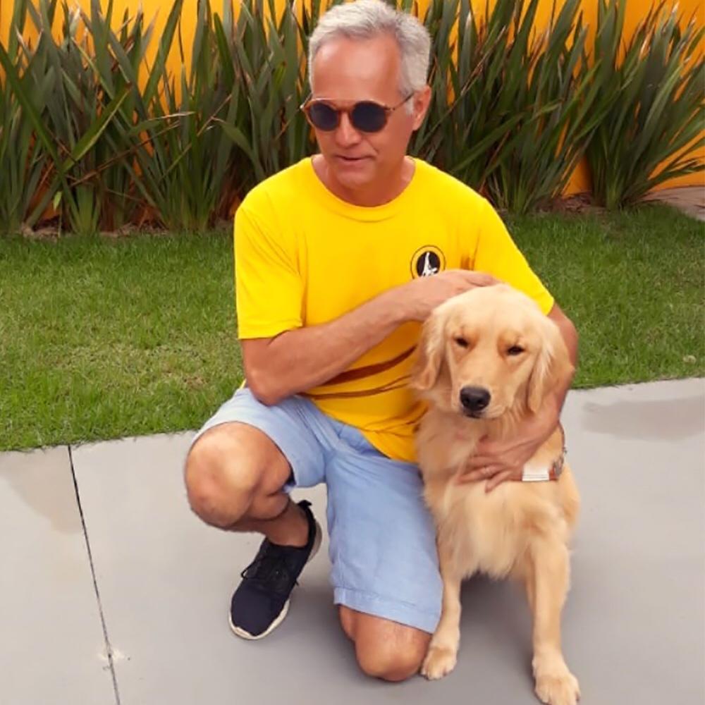 Carlos Eduardo Alvim e o cão-guia (Divulgação/Instituto Magnus)
